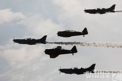 http://www.flying-wings.com/plugins/content/sige/plugin_sige/showthumb.php?img=/images/airshows/18_Radom/Formations_8/Radom_T-6_Orlik_Formation-6630_Zeitler.jpg&width=396&height=300&quality=80&ratio=1&crop=0&crop_factor=50&thumbdetail=0