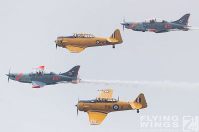 http://www.flying-wings.com/plugins/content/sige/plugin_sige/showthumb.php?img=/images/airshows/18_Radom/Formations_8/Radom_T-6_Orlik_Formation-7084_Zeitler.jpg&width=396&height=300&quality=80&ratio=1&crop=0&crop_factor=50&thumbdetail=0