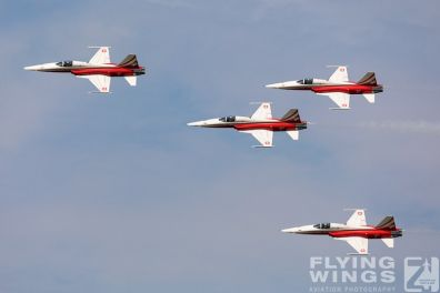 http://www.flying-wings.com/plugins/content/sige/plugin_sige/showthumb.php?img=/images/airshows/18_Radom/flying_6/Radom_Patrouille_Suisse-6623_Zeitler.jpg&width=396&height=300&quality=80&ratio=1&crop=0&crop_factor=50&thumbdetail=0