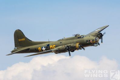 http://www.flying-wings.com/plugins/content/sige/plugin_sige/showthumb.php?img=/images/airshows/18_duxford/USAAF2//Duxford_Legends_B-17-1861_Zeitler.jpg&width=396&height=300&quality=80&ratio=1&crop=0&crop_factor=50&thumbdetail=0