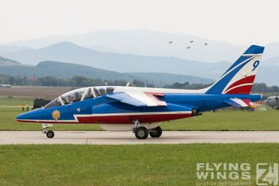 http://www.flying-wings.com/plugins/content/sige/plugin_sige/showthumb.php?img=/images/airshows/18_siaf/PdF/SIAF_Patrouille_de_France-7956_Zeitler.jpg&width=396&height=300&quality=80&ratio=1&crop=0&crop_factor=50&thumbdetail=0