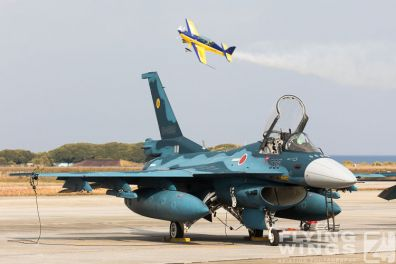 http://www.flying-wings.com/plugins/content/sige/plugin_sige/showthumb.php?img=/images/airshows/18_tsuiki/f15j2/Tsuiki_Airshow_Extra_300-2658_Zeitler.jpg&width=396&height=300&quality=80&ratio=1&crop=0&crop_factor=50&thumbdetail=0
