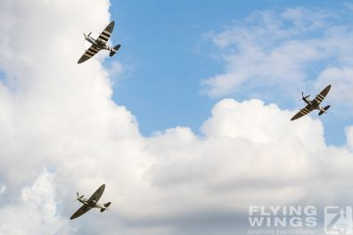 http://www.flying-wings.com/plugins/content/sige/plugin_sige/showthumb.php?img=/images/airshows/19_Melun/YakSpit_8/Melun_Spitfire-5577_Zeitler.jpg&width=396&height=300&quality=80&ratio=1&crop=0&crop_factor=50&thumbdetail=0